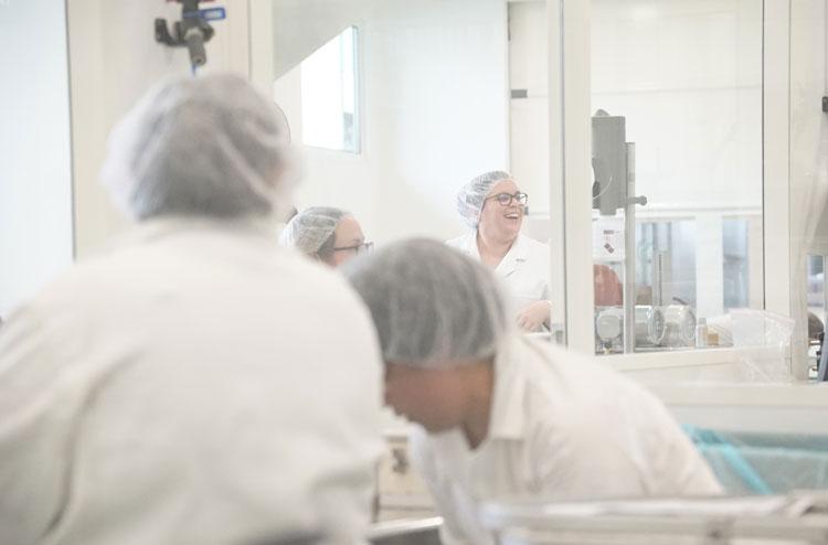 Nous fabriquons des produits cosmétiques et dispositifs médicaux en France en sous-traitance et full service